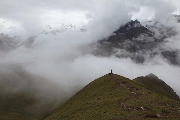 山の中の男