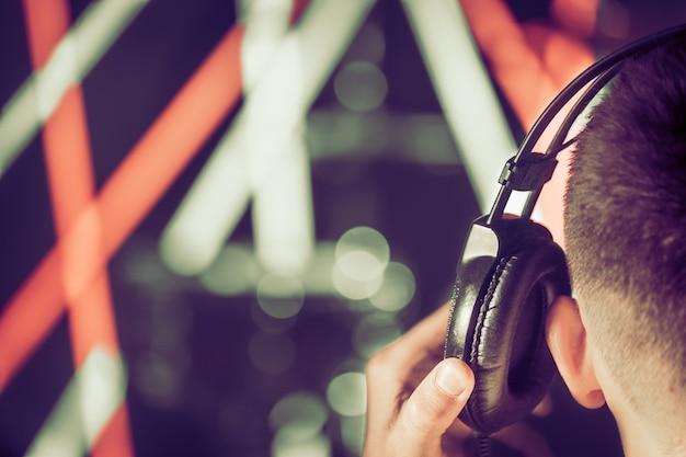 スタジオヘッドフォンの男、クローズアップ。背面図。