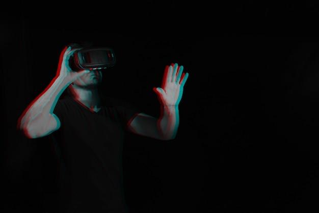 バーチャルリアリティメガネをかけた男性がシミュレーション中です。