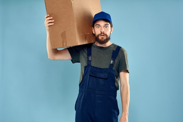 手に箱を持って制服を着た男