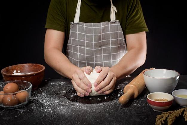 Мужчина выпекает домашнее тесто