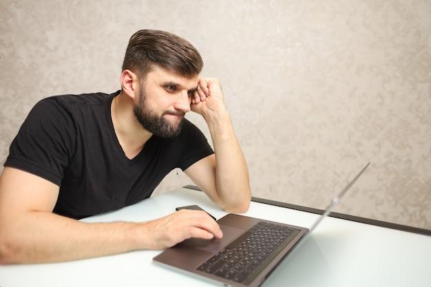 한 남자가 노트북에서 중요한 일로 바쁘다