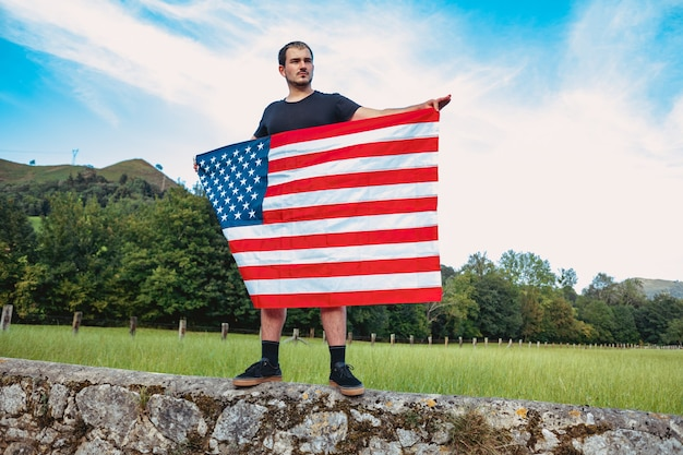 한 남자가 미국 국기를 움켜쥐고 있다. 애국심을 개념으로