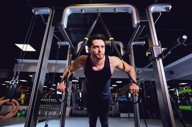 한 남자가 체육관에서 시뮬레이터 연습을하고 있습니다.