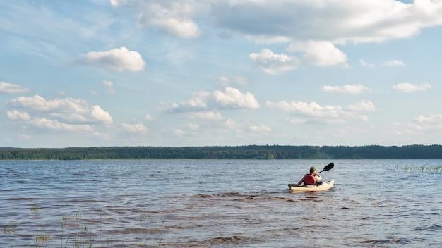Мужчина каяки по реке в яркий солнечный день естественный свет