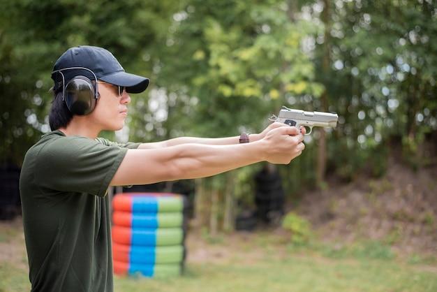 남자는 총을 연습