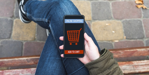 Мужчина делает покупки в интернет-магазине ecommerce.