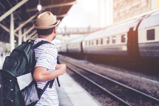 男が駅のライフスタイルを待っています