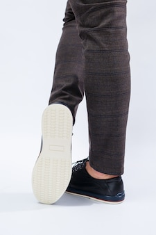 На мужчине классические черные туфли из натуральной кожи на шнурке, мужские туфли делового стиля. фото высокого качества