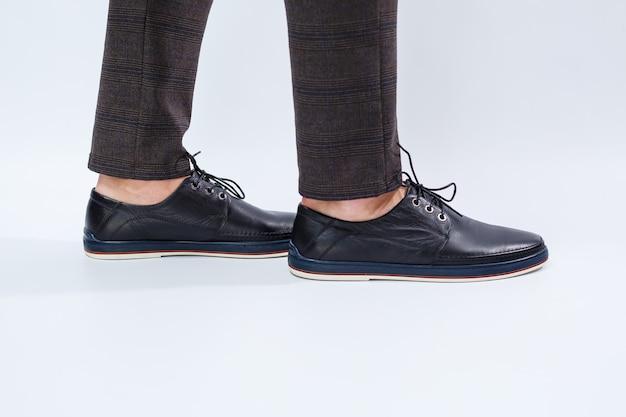 Мужчина в классических черных туфлях из натуральной кожи на кружевных туфлях для мужчин под бизнес.