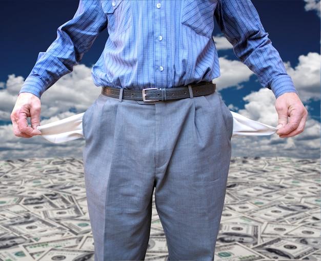 한 남자가 돈을 배경으로 모든 주 사람들을 잃었습니다.