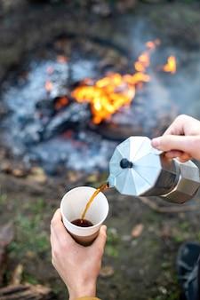 Мужчина заваривает кофе с помощью кофеварки.