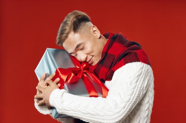 Клетчатый шарф мужчине азиатской внешности в подарок к празднику рождества