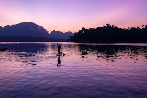 Мужчина на байдарке у плотины ратчапрапа