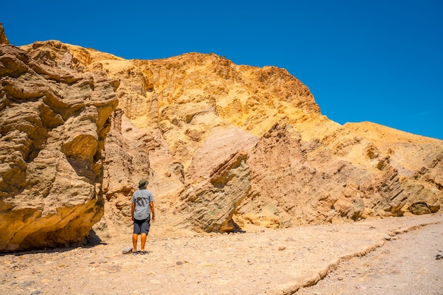 Мужчина на тропе золотого каньона, наслаждаясь окружающими красками, калифорния. соединенные штаты