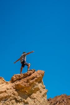 Мужчина на тропе золотого каньона на вершине красивого камня, калифорния. соединенные штаты
