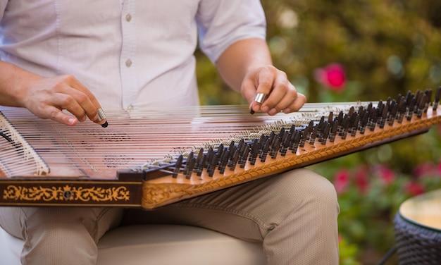 アラビアの楽器を演奏する男