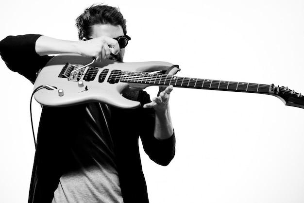 男はエレキギターを弾く