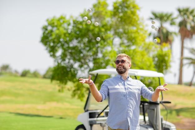 Мужчина играет в гольф и весело проводит выходные.