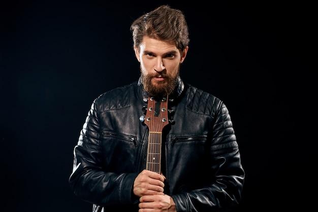 Мужчина играет на гитаре, рок-звезда, стильный музыкант с гитарой