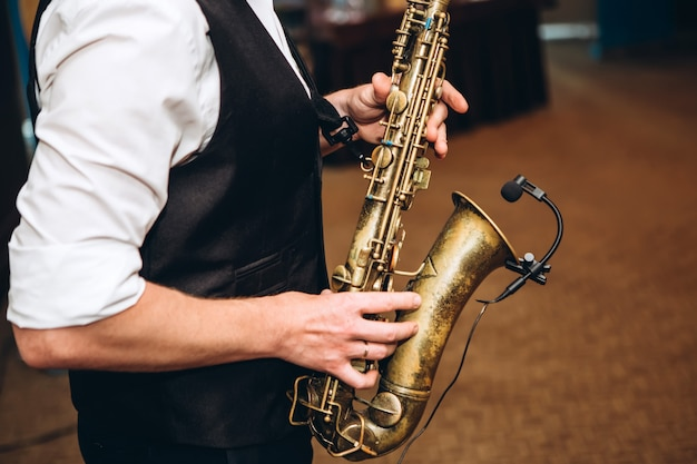 Мужчина играет на саксофоне.