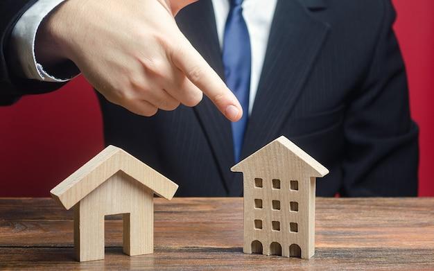 Мужчина предпочитает выбирать многоквартирный жилой дом, а не частный дом.