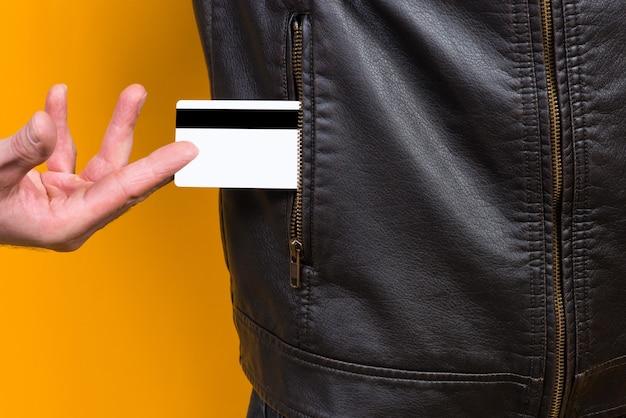 男がポケットから銀行カードを引き出す
