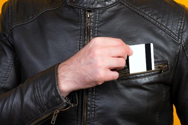 男が胸ポケットに銀行カードを入れる