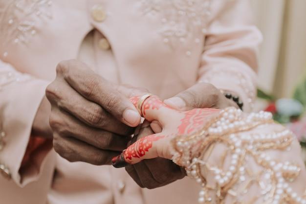 男性が女性の指に指輪をつける