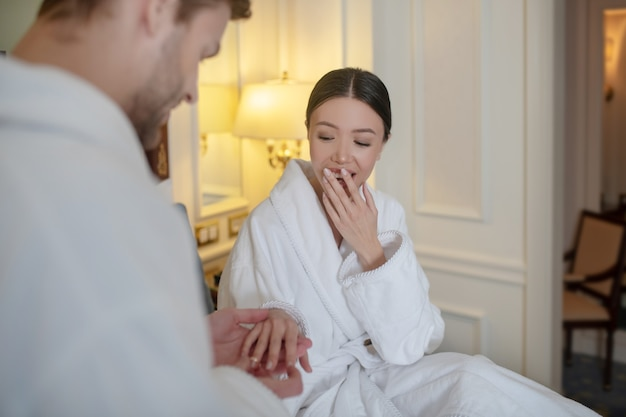 그의 여자 친구 손가락에 약혼 반지를 두는 남자