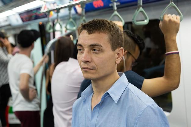 男は思慮深く地下鉄に乗る
