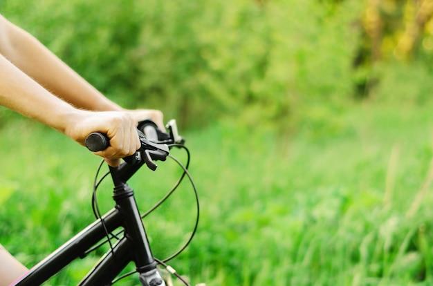Мужчина едет на горном велосипеде по летней лесной дороге. летний активный отдых.