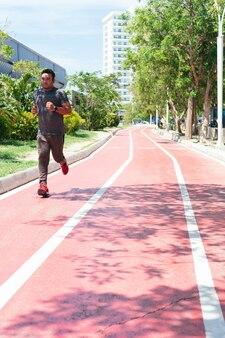 街で野外を走っている男