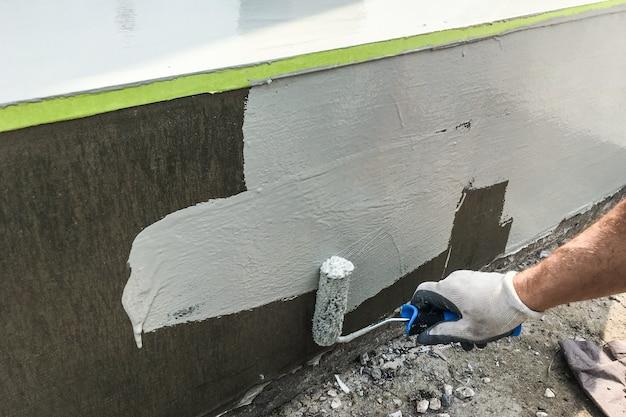 Мужская рука рисует лестницу с роликом на улице