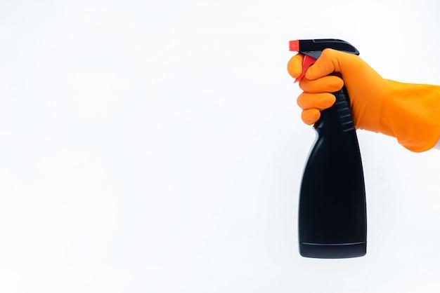 Мужская рука с резиновыми перчатками и чисткой. концепция защиты и дезинфекции