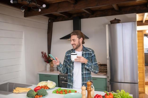 혼자 요리하는 동안 인터넷에서 레시피를 검색하는 남자