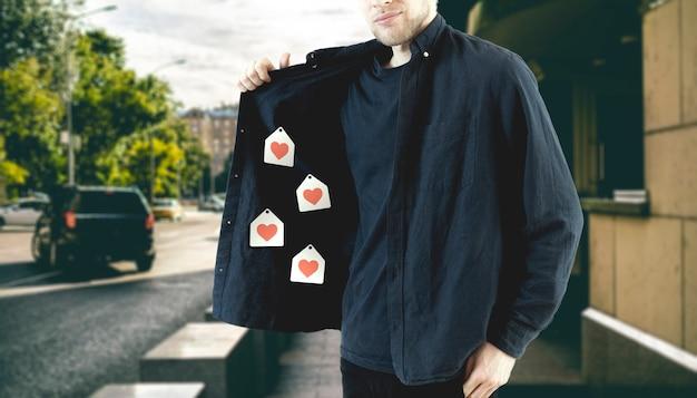 Мужчина показывает грудь и продает, как иконки в сети. творческая идея