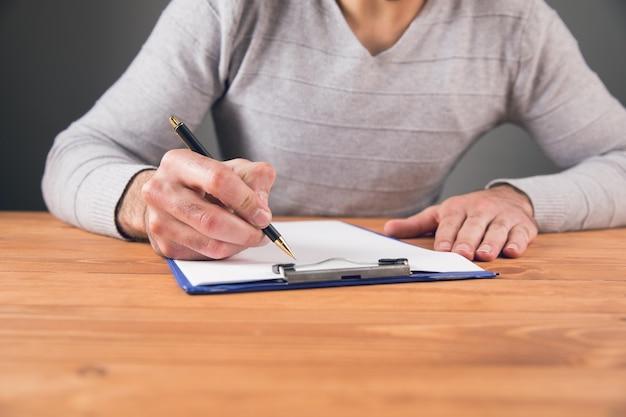 한 남자가 문서에 서명