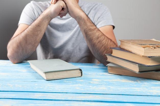 책 앞에 앉아있는 남자