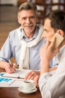 男がカフェで電話で話します。 Premium写真