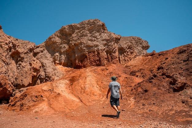 Мужчина начинает тропу по золотому каньону и красным камням, калифорния. соединенные штаты