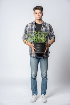 男は家に植木鉢を立てて持っていた。