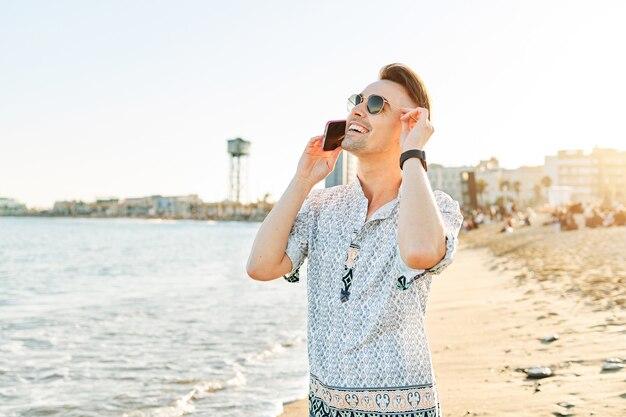 ビーチで電話で話している男