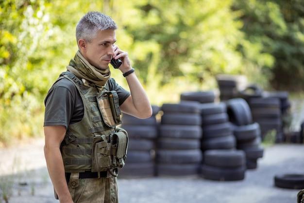 軍服を着てラジオで話している男