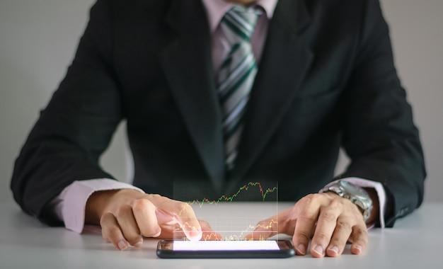 Человек использует проверку бизнес-графика с помощью технологии смартфона с сенсорным экраном руки