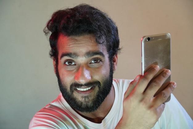 Человек, использующий мобильный и счастливый