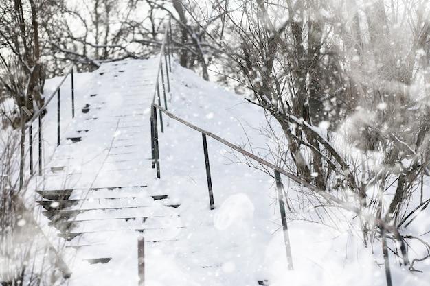 눈 덮인 겨울날 한 남자가 도시를 걷고 있다.