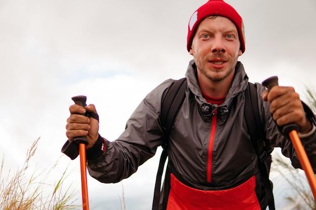 男は山でトレッキングを歩きます。バリ