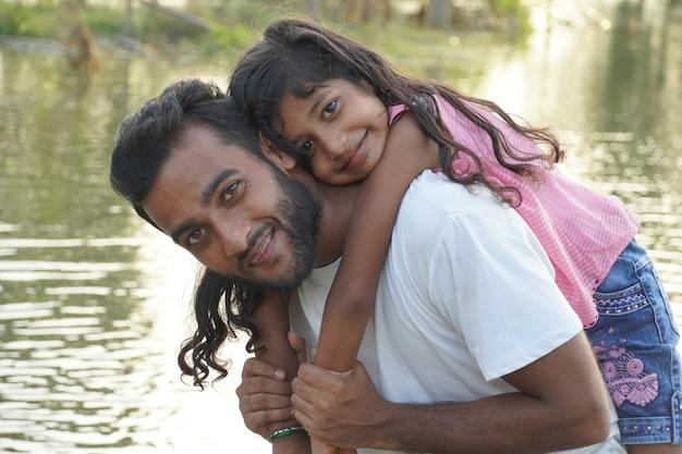 Мужчина держал девушку на плече