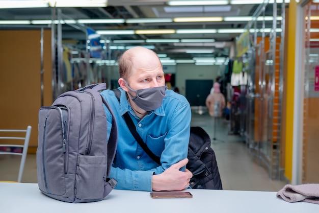 코로나 바이러스 감염증 포스트 폼 조치 중 남편을 기다리는 의료용 마스크를 쓴 남자 새로운 현실